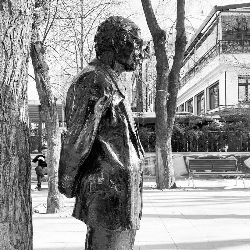 Yüksel Caddesindeki memur heykeli